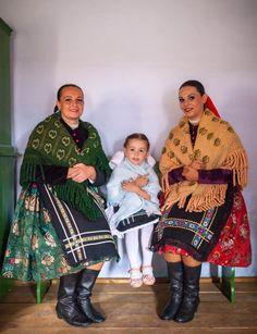 Šariš - V zime nosili ženy priliehavý kabátik zkupovaných materiálov čiernej farby, podšitý, prípadne vatelínový (huňka), zo zeleného alebo hnedého plyšu. Obúvali si čižmy (buti), topánky. Vlasy mali okrútené okolo drôtenej podložky (drut), ktorý tvoril podklad pre čepiec. Na ňom nosili šatky rozličných druhov. Slobodné mali vlasy zapletené do copu a ozdobené stužkami. Zahrievali sa hrubou vyšívanou vlnenou šatkou so strapcami. People Of The World, Traditional Outfits, Fur Coat, Culture, Costumes, Bride, Saris, Jackets, Clothes