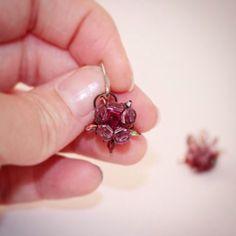 Du willst diese Ohrringe nachmachen? ... hol dir meine Anleitung + detaillierter Beschreibung!   Tutorial/beading tutorial/Perlenanleitung/Perlenfädeln/DIY/DIY Perlen/brightlightbeads Swarovski, Beaded Jewelry, Brooch, Stud Earrings, Etsy, Pearl Decorations, Ear Piercings, Nice Asses, Bead Jewelry