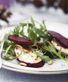 Bland eventuelt lidt kørvel, brøndkarse eller bredbladet persille i salaten, hvis du har det ved hånden