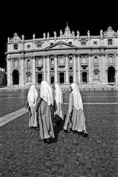 Walking Nuns in St.Peter Square