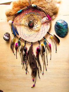 Attrape rêves, bois de saule, tortue, labradorite violette, plumes perroquet, geai, canard : Autres art par les-plumes-d-amazone