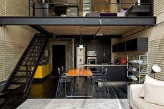 Loft industrial: comedor y cocina al fondo