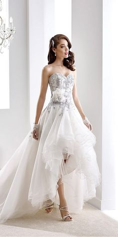 [tps_header]Can't decide between long or short? Crave a mini dress but still want that beautiful long train moment down the aisle? Than you're in luck, the high-low wedding dress was all over the runways for spring an...