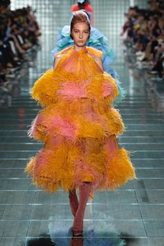 Marc Jacobs sent some incredible looks down the runway at Fashion Week this year. Here are my favorites from the Marc Jacobs Spring 2018 collection. Ny Fashion Week, New York Fashion, Runway Fashion, Spring Fashion, Fashion Trends, Fashion 2020, 90s Fashion, High Fashion, Marc Jacobs