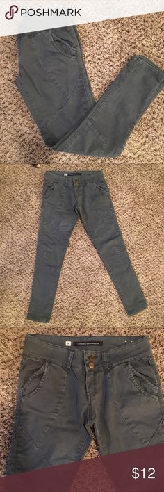 👖Urban behavior cropped slim jeans size 26 👖 👖Urban behavior cropped slim jeans size 26 👖 measurements available upon request. Don't forget to bundle and save 20% on your entire purchase!!!! Urban Behavior Jeans Skinny