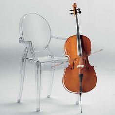 Armchair Louis Ghost ist eine klare Projektion eines gepolsterten Barock-Stuhls in die Gegenwart und des Zeitalters des Kunststoffes.