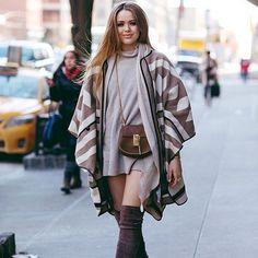 A blogueira de moda Kristina Bazan usa bota otk e um poncho, um mix perfeito para o inverno