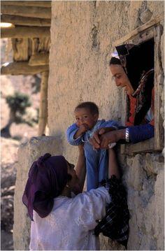 Africa | Berber mother proud of her child. Middle Atlas mountains (Morocco) | © Juan Carlos Ballesteros/Enfoque10