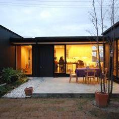 建物の北側に配置された中庭とシンボルツリー: 一級建築士事務所A-SA工房が手掛けたtranslation missing: jp.style.庭.modern庭です。