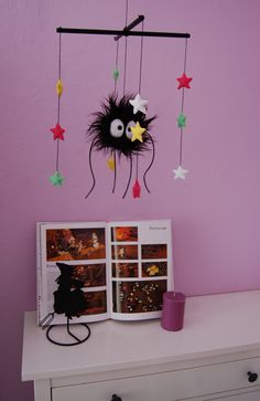 Soot Sprite mobile - TOYS, DOLLS AND PLAYTHINGS - Hi! I made a Soot Sprite plush, and I had some wood sticks, so an idea came to me. Geek Crafts, Crafts To Make, Fun Crafts, Paper Crafts, Totoro Nursery, Anime Crafts, Geek Baby, Wishes For Baby, Diy Décoration
