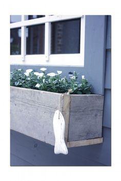 Plantenbak van steigerhout voor aan het raam