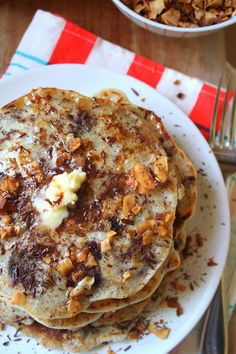 RECIPE: Coconut Bacon & Chocolate Chip Pancakes! Fluffy vegan pancakes with sweet chocolate chips & crunchy homemade coconut bacon from Fettle Vegan #vegan #glutenfree