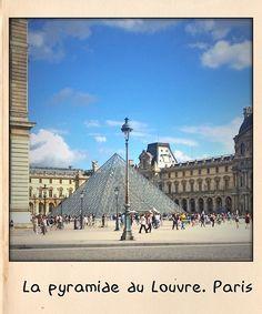 La pyramide du Louvre. Paris