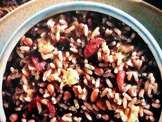 BAIÃO DE DOIS. INGREDIENTES PRINCIPAIS. - 1 xícara (chá) de feijão; - 2 colheres (sopa) de toucinho defumado picado; - 2 colheres (sopa) de óleo de milho; - 250 g de linguiça cortada em rodelas finas; - 2 dentes de alho amassados; - 1 xícara (chá) de arroz lavado e seco; - 2 cubos de caldo de