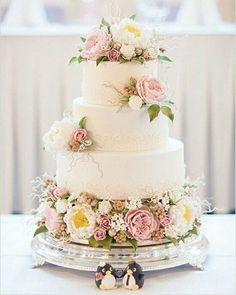 Pra que topo de bolo, se podemos por um casal de pinguins perto do bolo? ���� ・・・ #OpaDesencalhei #WeddBlogger #wedding  #casamento #instablog #noivasantenadas #dicasdenoivas #dicas #inspiration #blogdenoivas #quemcasaquerdicas #amor #noiva #weddingday #bride #merryme #party #weddingparty #celebration #bride #happy #happiness #love #forever #weddingdress #weddingcake #smiles #ceremony #weddingday #celebrate #party #makeup #congratulations…