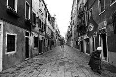 """""""All'ombra della rivoluzione"""", Venezia, 2° riScatto urbano di Stefano Scagliarini. Foto inviata via mail, in lizza esclusivamente per il premio giuria."""