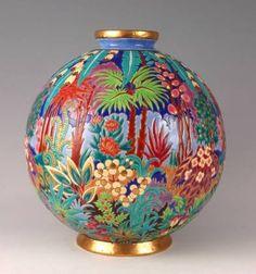 Vase dit Boule Coloniale, décor de Maurice Chevallier, 1931, faïence fine blanche à décor d'émaux cernés, manufacture de Longwy, hauteur 37 cm, 38 cm de diamètre, collection particulière.