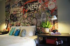 dormitorio con pared pintada muy colorido