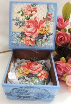CAIXA COM SABONETE                                                                                                                                                     Mais Decoupage Vintage, Decoupage Wood, Decoupage Furniture, Vintage Box, Vintage Shabby Chic, Painted Boxes, Hand Painted, Decor Crafts, Diy And Crafts