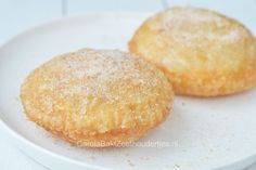 Appelbeignets eten we vooral met oudjaar. Je kunt ze kant en klaar kopen maar zelf bakken is veel smakelijker. Appelbeignets gebakken in bladerdeeg.