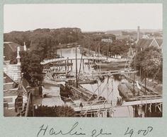 Kanaalgezicht in Harlingen met daarin enkele platbodem zeilschepen, attributed to Frits Fontein Fz., ca. 1903