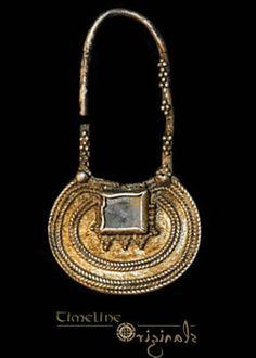 Very Rare Byzantine 'Rectangular Cabochon' Earring  Silver-gilt, 5.17 grams, 53.32 mm. 6th-7th century.