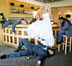 funny wedding photos-the-drunken Bride - Hochzeit - Mariage Wedding Poses, Wedding Bride, Wedding Ceremony, Dream Wedding, Funny Wedding Photography, Funny Wedding Photos, Ideas For Wedding Pictures, Funny Bridesmaid Pictures, Crazy Wedding Photos