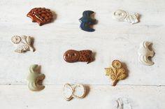 キエリ舎の陶器のブローチ Ceramic Jewelry, Polymer Clay Jewelry, Cold Porcelain Tutorial, Japanese Art Styles, Art And Hobby, Miniature Figurines, How To Make Beads, Handmade Accessories, Hobbies And Crafts