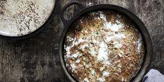 Finn fram jerngryten og bak et supersaftig grytebrød. Oppskrift på rustikk grytebrød og verdens enkleste eltefrie brød.