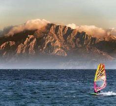 Lo que ves el fondo ya no es España, es Monte Musa (Marruecos) desde las agitadas aguas de Tarifa