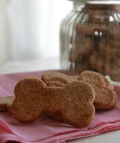 Galletas-caseras Homemade Dog Treats, Healthy Dog Treats, Dog Treat Recipes, Dog Food Recipes, Puppy Cake, Pet Hotel, Dog Bakery, Puppy Birthday, Dog Cookies