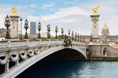 Paris is defined by the two sides of the Seine River. This is where the bridges in Paris come in handy. Here are the five most beautiful bridges in Paris. Romantic Paris, Beautiful Paris, Beautiful Sites, Beautiful Sunset, Most Beautiful, Lonely Planet, Kyoto, Paris Bridge, Last Tango In Paris