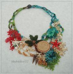 Můj Fler: Dovolená na krku  wish I could credit the artist.  Love the necklace especially the fringe.