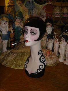 Il sagit dun mannequin de composition vintage 18 1/2 avec environ 21,5 tour de tête qui a été entièrement peint dans un cheveux bobbed classique