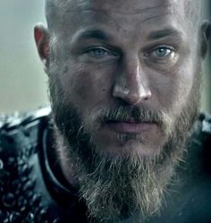 Ragnar - Travis Fimmel... I love his way of keeping an eye closer than the other ... He looks like a jerk!...a gorgeous one...