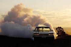 Le photographe Simon Davidson a capturé les plus beaux instants d'un concours de burnout. De superbes voitures, vintage pour la plupart, sont noyées par d'épais amas de fumée rouge, verte ou violette. Parfois, la lumière du crépuscule suffit à rendre la scène encore plus spectaculaire. À découvrir.