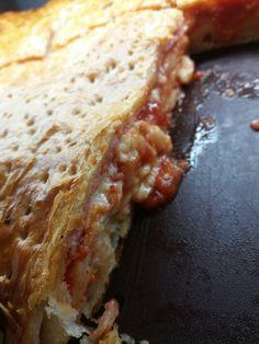 Parigina: pasta sfoglia, p.cotto, mozzarella e pomodoro.
