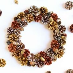 This unique pine cone wreath i Diy Christmas Decorations Easy, Fall Door Decorations, Handmade Decorations, Holiday Wreaths, Home Crafts, Arts And Crafts, Christmas Holidays, Christmas Crafts, Pine Cone Crafts