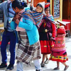 Nicht nur die Landschaften rund um die Welt sondern auch die Menschen sind in jedem Land faszinierend! Hier eine peruanische Familie - ist das Baby nicht süß?  #throwback #rundumdiewelt #bestjob #aroundtheworld #praktikumdeineslebens #family #peru #people #familie #baby #cute #menschen by urlaubsguru