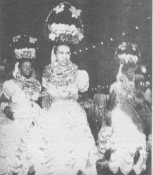 AS PASTORAS 1956 No ano seguinte, o desfile mudaria de local e, sem o tablado, a…