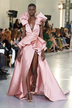 Elie Saab Spring 2020 Couture Fashion Show : The complete Elie Saab Spring 2020 Couture fashion show now on Vogue Runway. Elie Saab Couture, Prom Dress Couture, Haute Couture Gowns, Haute Couture Fashion, Paris Couture, Juicy Couture, Fashion Show Collection, Couture Collection, Vogue Paris