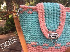 ☀🤗 🌈🍀 30x30cm ölçülerinde omuz çantası. Çantamız #hementeslim dir.  Her renk ve boyut sipariş alınır.  #patistasarim #orgu #knitting #yarn #elyapimi #elemegi #handmade #orgusepet #knittedbasket #crochet #crocheting #crochetbasket #crochetbag #knittedbag #orgucanta #canta #bag #design #homedesign #decotarion #decorating #dekorasyon #homedecoration #evdekorasyonu #wicker #hasir #wickerbag #hasircanta