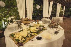 """Tavolo dei salumi e formaggi con marmellate e mieli dell'Etna. I formaggi sono disposti su un """"musciaro"""", vassoio di canne dove un tempo venivano essiccati pomodori e fichi."""