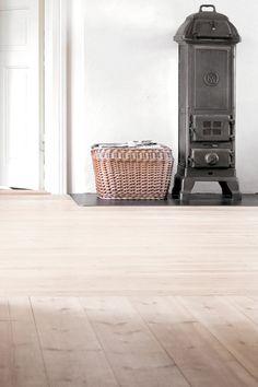 Vitoljat nylagt furugolv Minimal House Design, Minimal Home, White Wood Floors, Pine Floors, Simply Home, Home Fireplace, Fireplaces, Wood Burner, Wooden Flooring