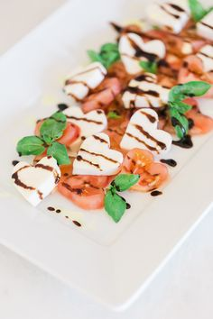 Sweetheart Caprese Salad with a Balsamic Reduction I Go the healthy route on Valentine's Day with this festive salad Valentine Desserts, Valentines Day Food, Diner Saint Valentin, Balsamic Reduction, Low Carb Cheesecake, Caprese Salad, Ensalada Caprese, Food Processor Recipes, Dessert Recipes