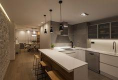 Cocina de concepto abierto. Encimera en solid surface, lámparas vintage y pavimento en laminado imitación roble. Interiorismo de AZ Diseño.