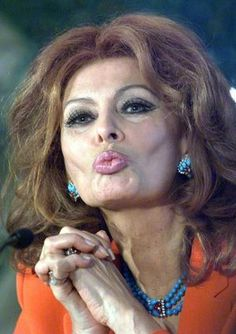 Sophia Loren turns 80 today, still celebrated as one of the screen's great, great beauties. The Italian icon's big day is being marked with a photography exhibition in her native Rome, where she star. Divas, Timeless Beauty, Classic Beauty, Classic Hollywood, Old Hollywood, Carlo Ponti, Sophia Loren Images, Italian Beauty, Italian Women