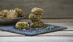 Soft on the inside and crunchy on the outside with warm peppery spices and fresh herbs. These falafel balls are high in protein and relatively low in fat and cholesterol. Fry them or bake them, you… Kale Recipes, Vegan Recipes, Veggie Fritters, Healthy Vegan Snacks, Vegan Food, Healthy Meals, Falafel Recipe, Canned Chickpeas, Fresh Herbs