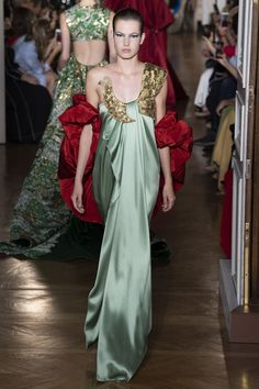 Women's Outfits : Valentino Fall 2018 Couture Collection – Vogue Valentino Couture, Valentino 2017, Valentino Paris, Valentino Garavani, Style Couture, Couture Fashion, Runway Fashion, Net Fashion, Collection Couture