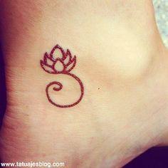 hermosa flor de loto en el tobillo